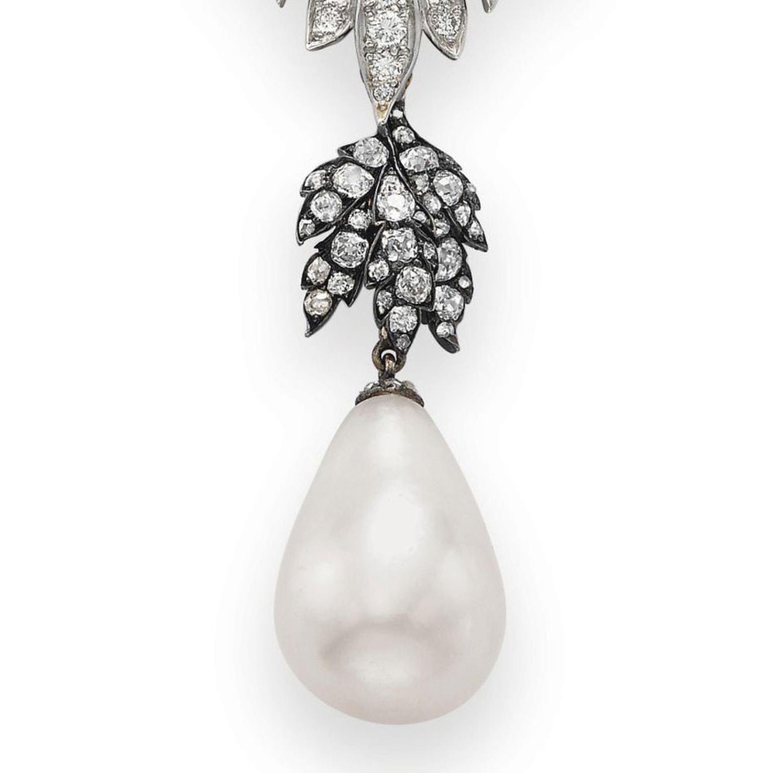 Cartier La Peregrina pearl necklace - close up