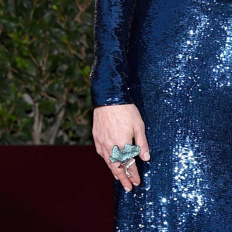 Julianne Moore wore a titanium and Paraiba tourmaline ring from Chopard's High Jewellery Collection to the Golden Globes 2016