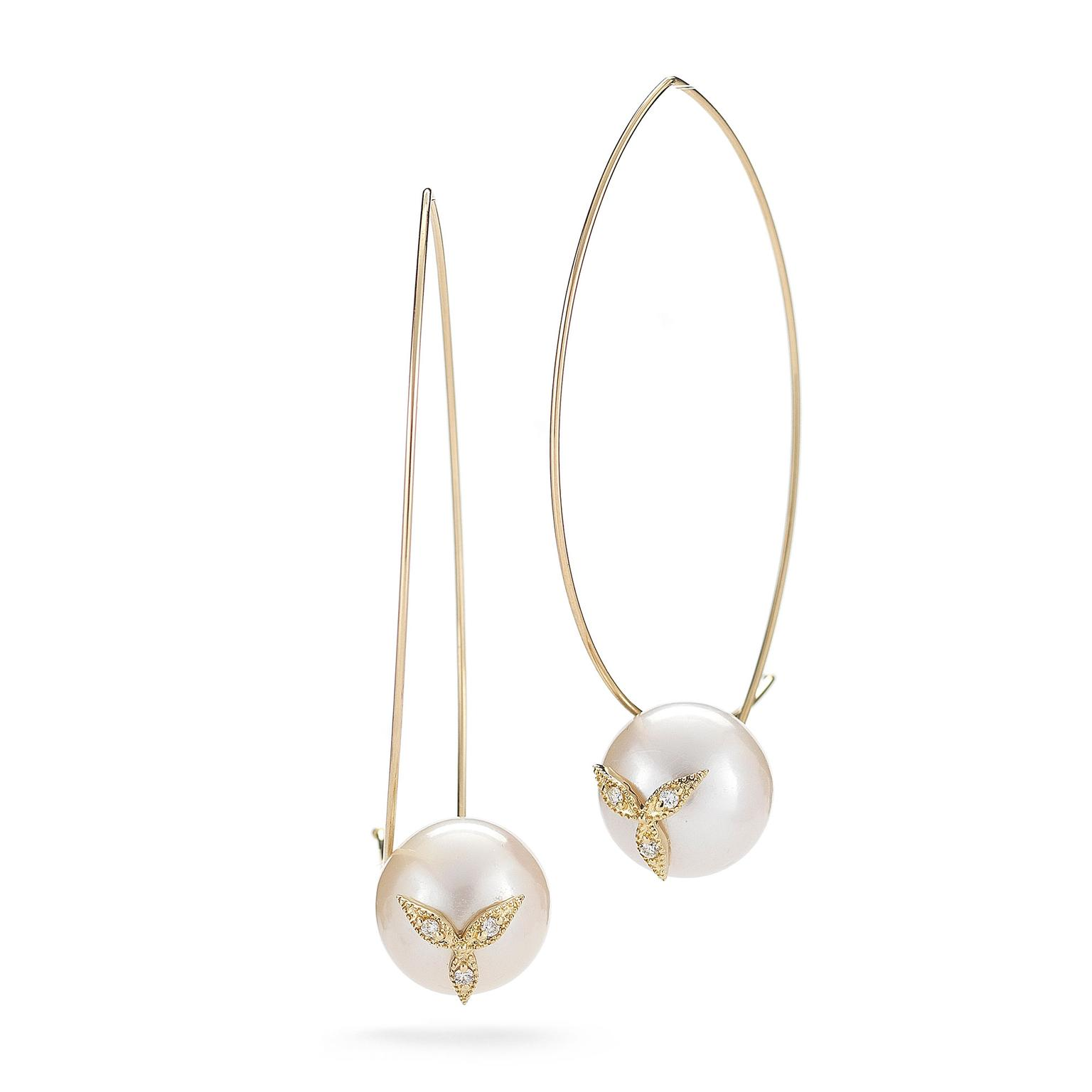 Yellow gold wire hoop earrings by Mizuki set with 11.5mm Freshwater pearls