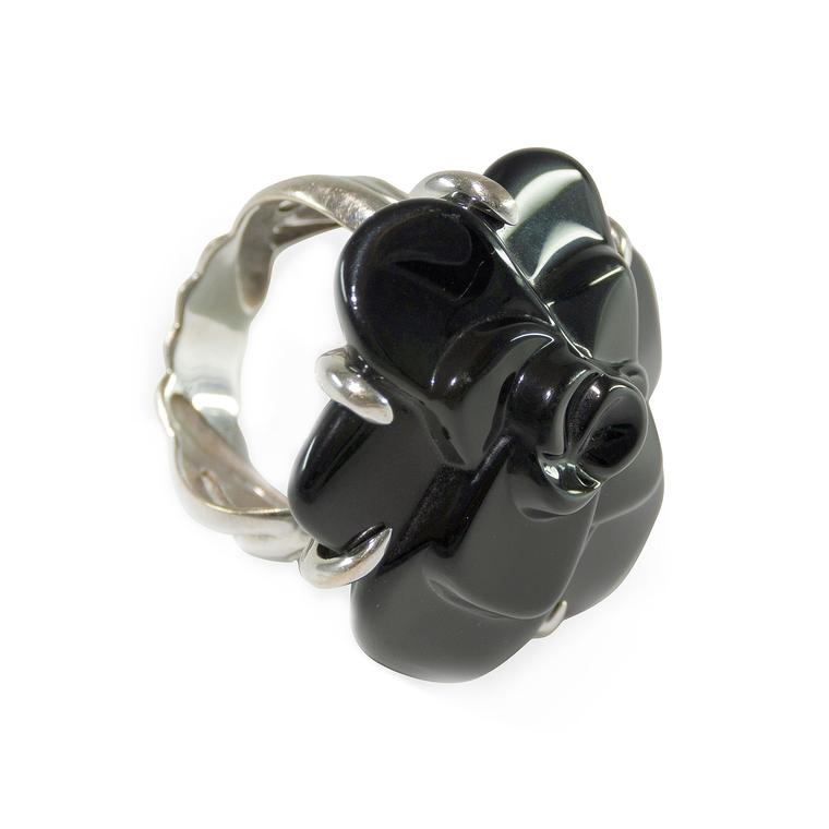Paddle 8 Chanel Camélia black ceramic ring