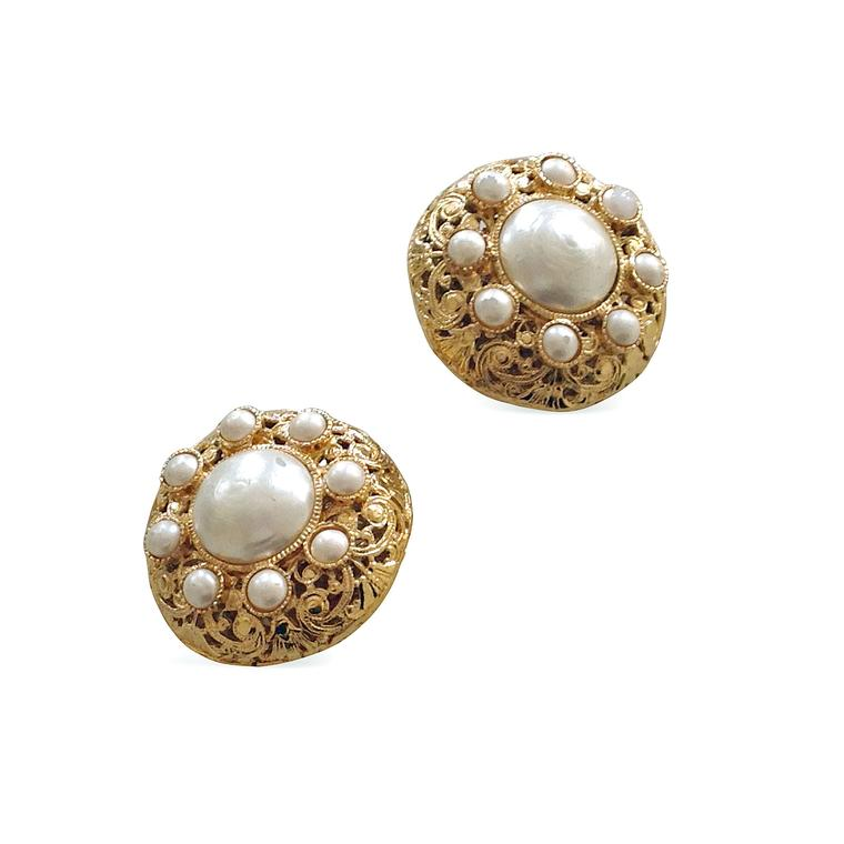 Paddle 8 Chanel gold and imitation pearl earrings