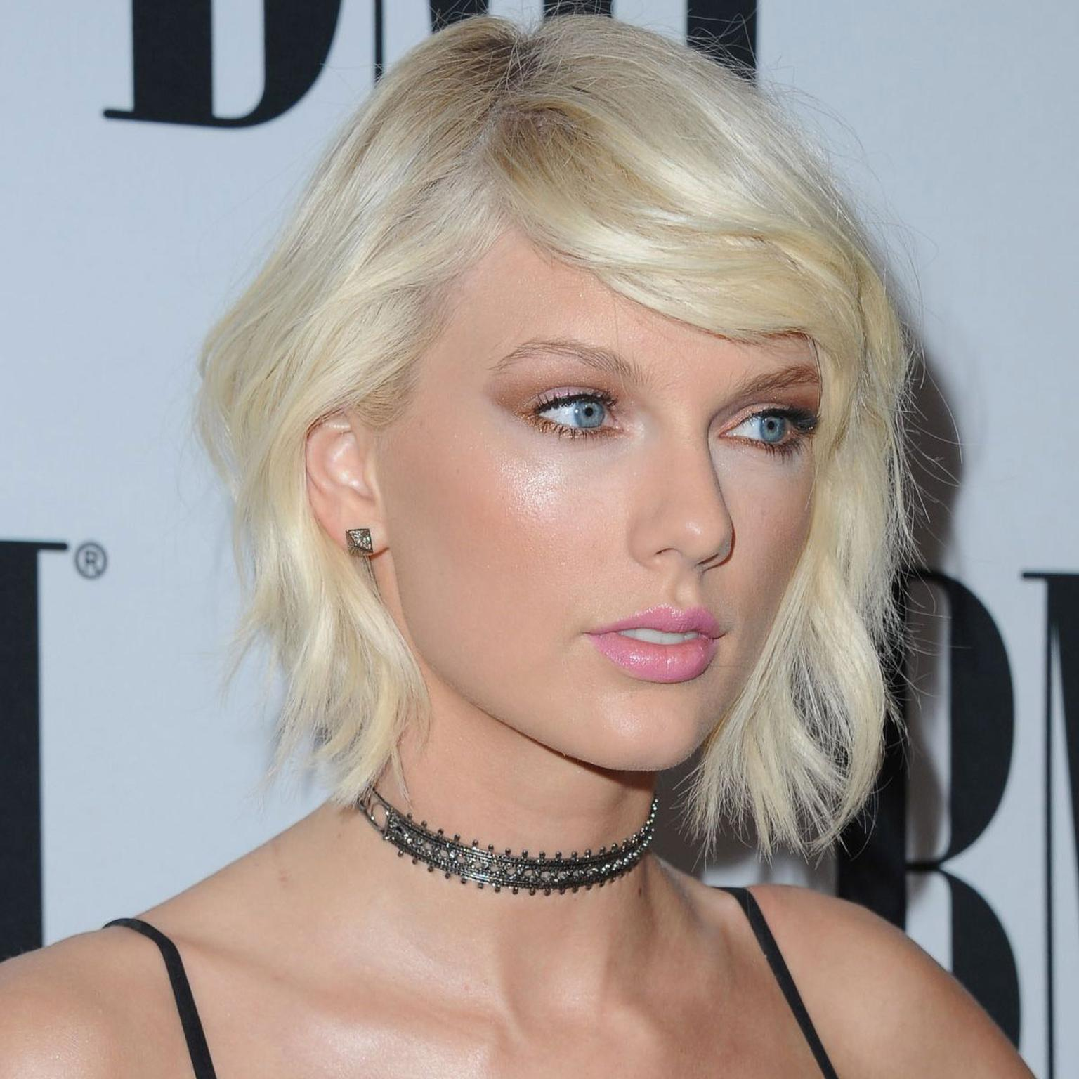 Taylor Swift wearing a Noudar choker