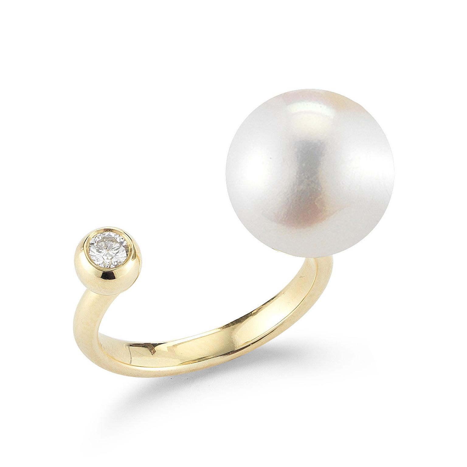 Diamond and pearl split band ring by Mizuki in 14ct yellow gold with a large Freshwater pearl
