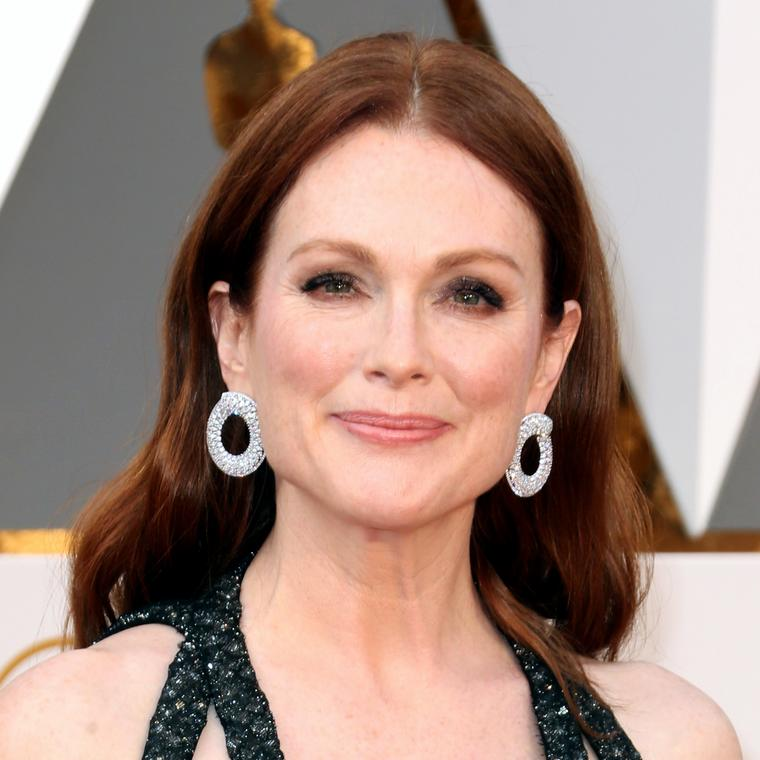 Julianne Moore in Chopard diamond jewelry