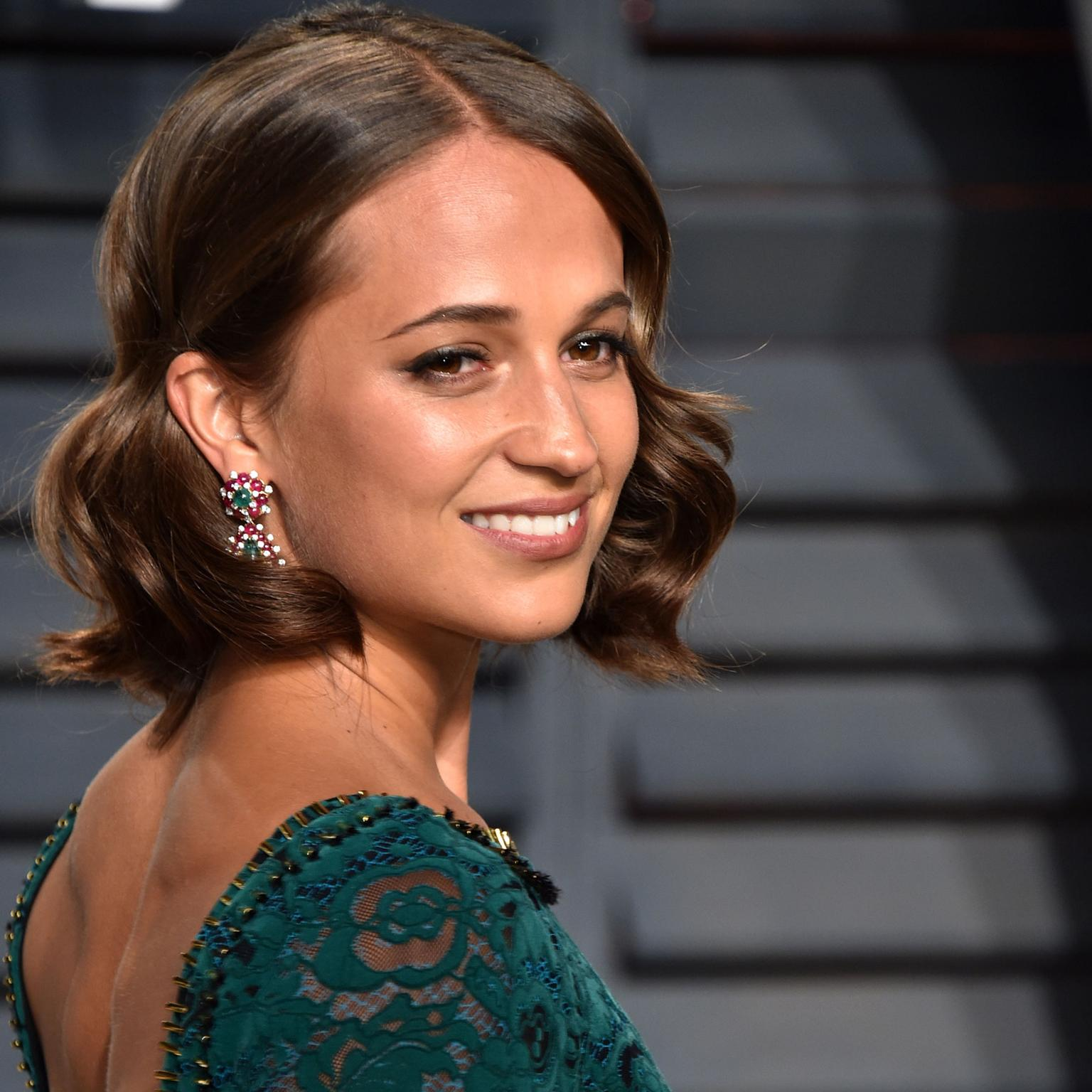 Alicia Vikander in Bulgari jewellery at the Vanity Fair Oscars party 2017