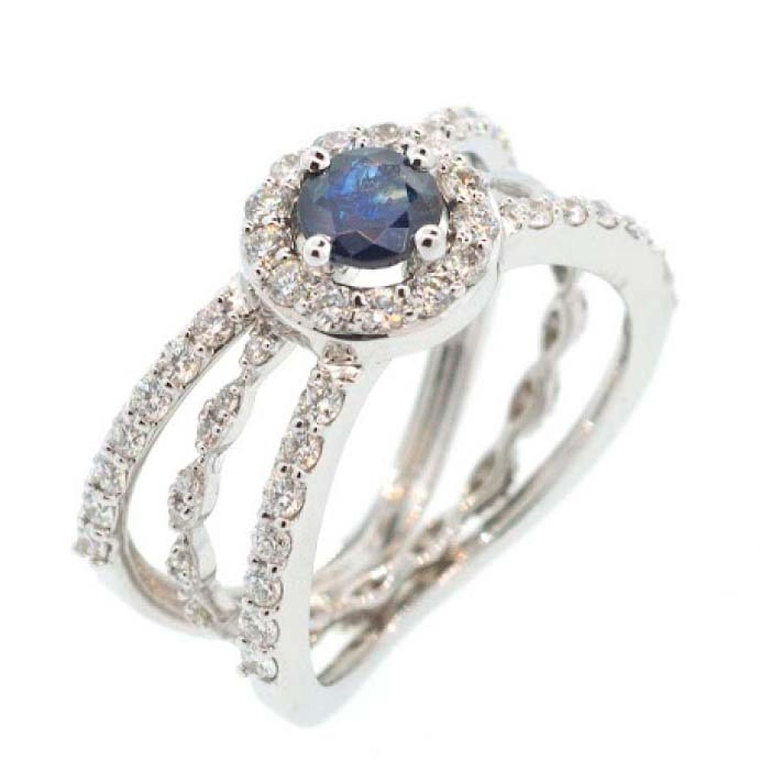 Engagement ring with sapphire and diamonds from Alessa on a model