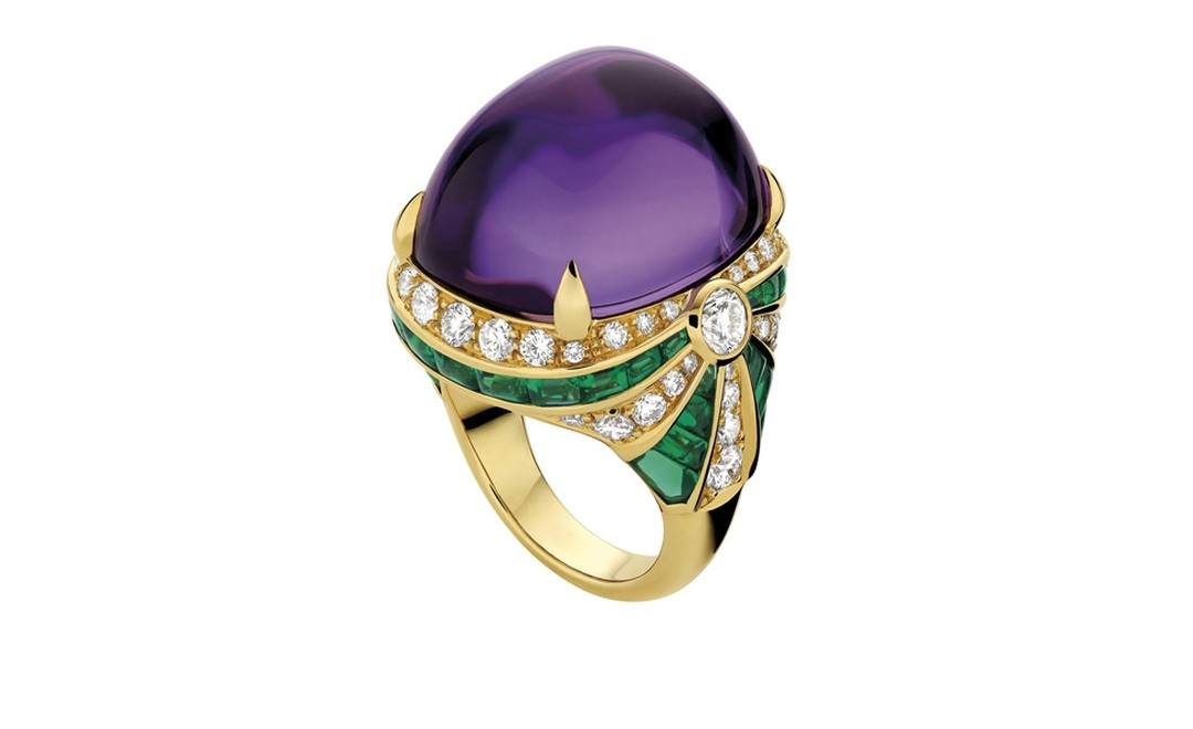 Bulgari. High Jewellery ring in yellow gold with 1 cabochon amethyst, 38 calibrated cabochon emeralds, 2 round brilliant cut diamonds and pave´ diamonds. POA.