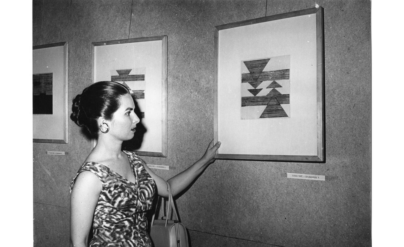 Lygia Pape at the National Exhibition of Concrete Art, 1956. Published in Cruzeiro magazine. Vintage photography. Projeto Lygia Pape © Projeto Lygia Pape and Museo Nacional Centro de Arte Reina Sofía