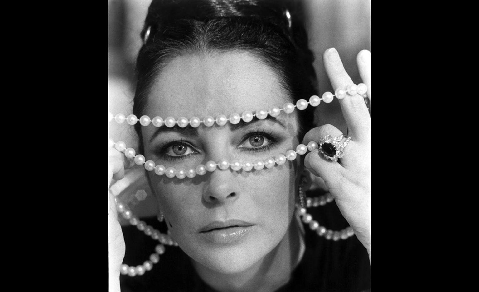 A gift from Richard Burton in 1968, Liz wears the ruby ring in this iconic shot.