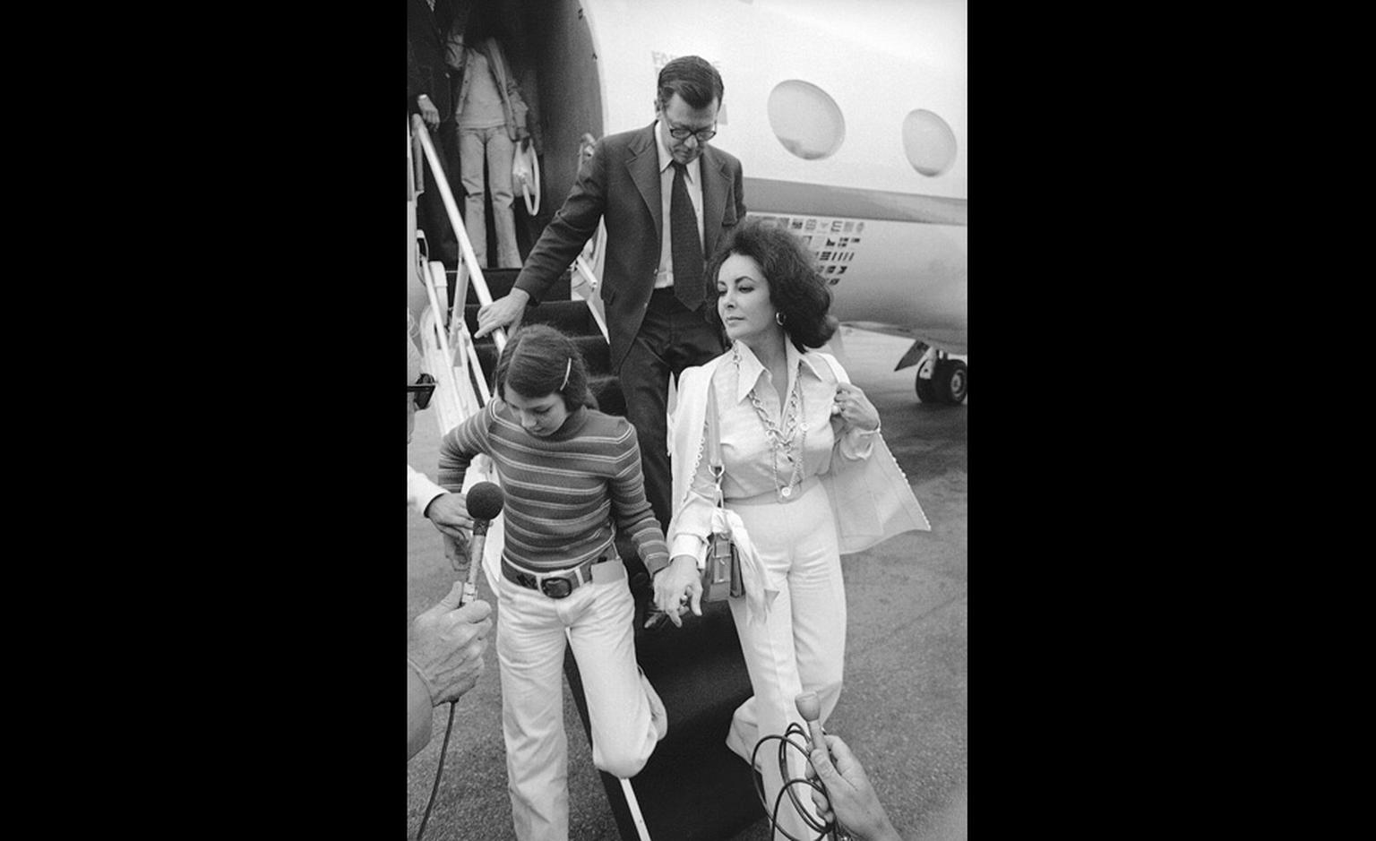 July 5 1973 in Los Angeles with adopted daughter Maria Burton as Liz Taylor faces journalists after announcing her separation from Richard Burton. She wears the Van Cleef & Arpels Sevres pendant.