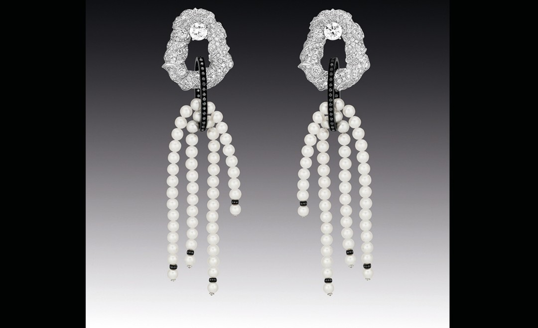 Chanel Contrastes collection: Nuage de Glace. Earrings in white gold, pearls with black and white diamonds.