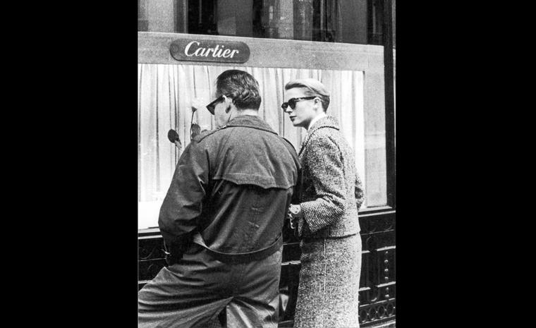 Prince Rainier III and Grace Kelly in Paris, in front of the Cartier boutique on the rue de la Paix . © Jack Nisberg. Roger-Viollet