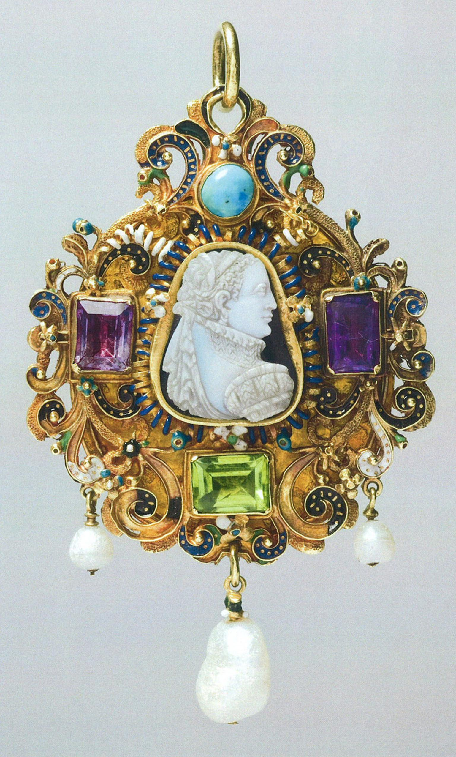 Goldsmiths-Gem-set-gold-pendant-c.jpg