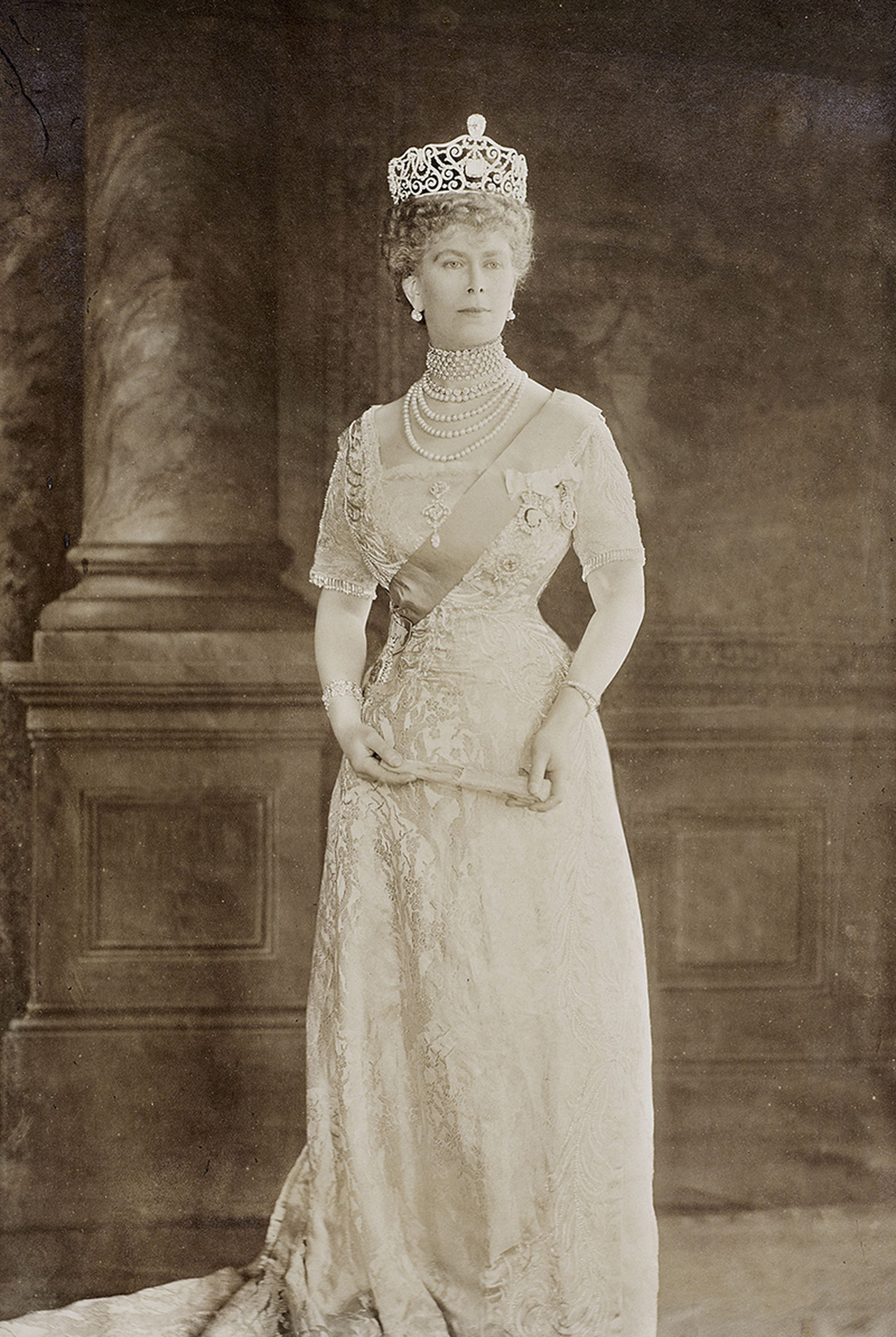 Queen-Mary-wears-the-Delhi-Durbar-Tiara-set-with-Cullinan-III-and-IV-1912-Thomson-.jpg