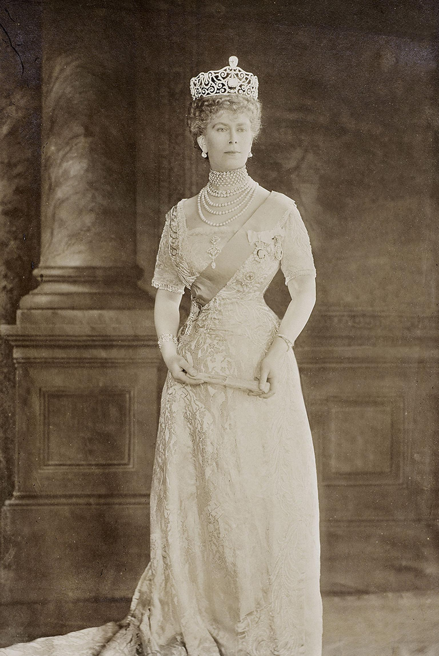 Queen-Mary-wears-the-Delhi-Durbar-Tiara-set-with-Cullinan-III-and-IV-1912-Thomson-