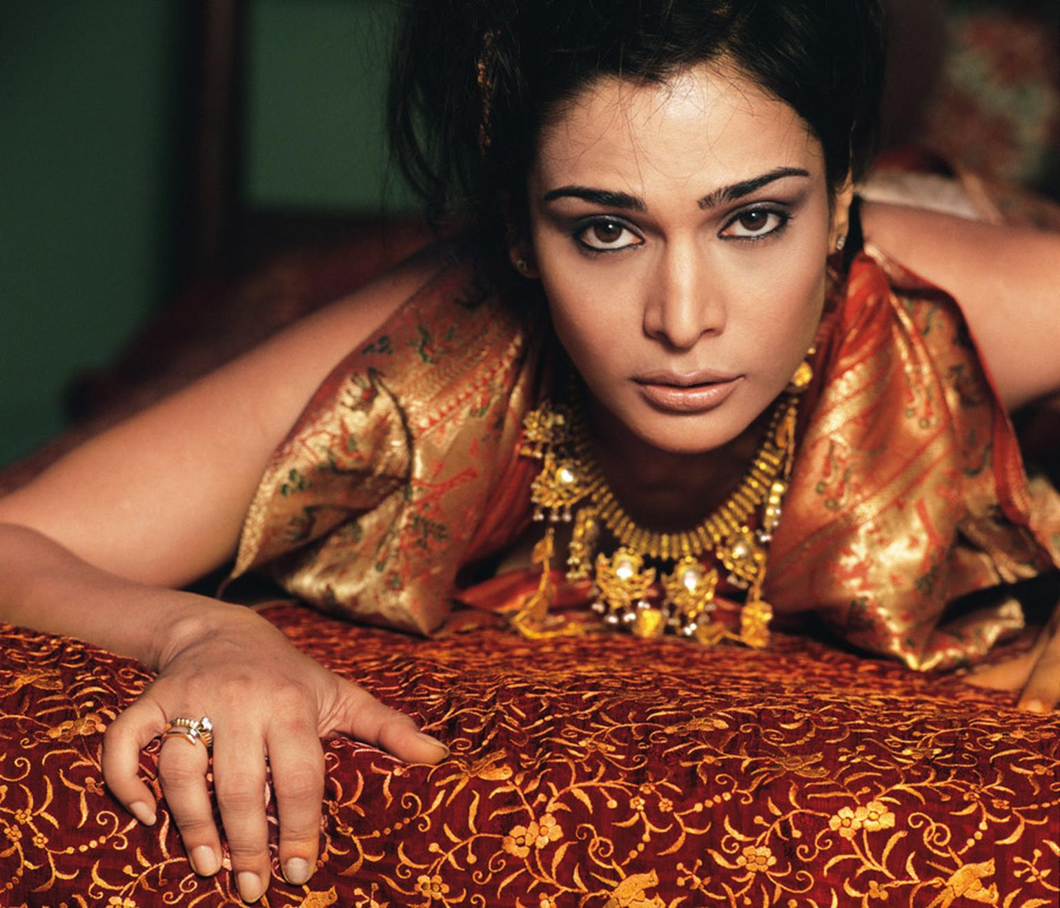 Amrapali Model-with-Amrapali-jewels1.jpg