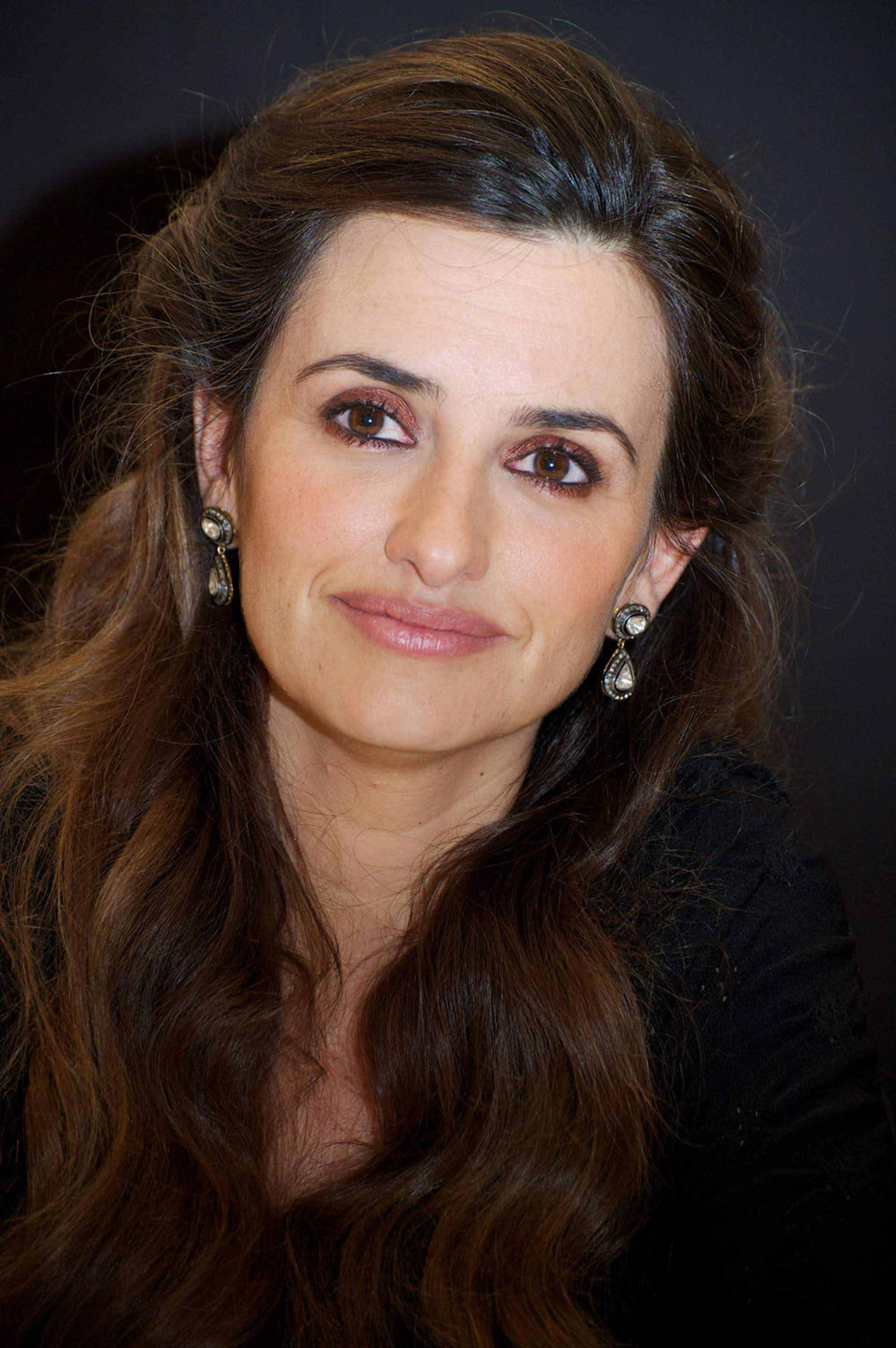 Amrapali-Penelope-Cruz-in-Amrapali-Earrings