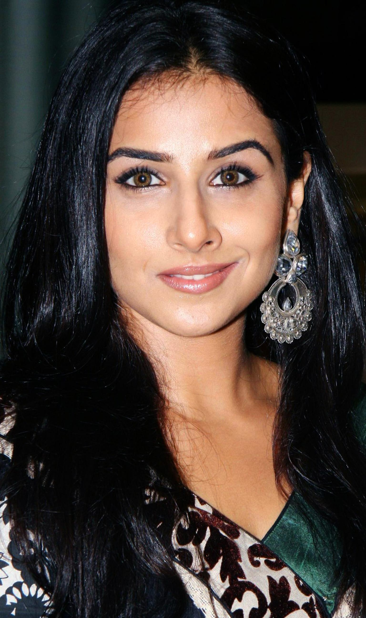Amrapali-Vidya-Balan-in-Amrapali-earrings