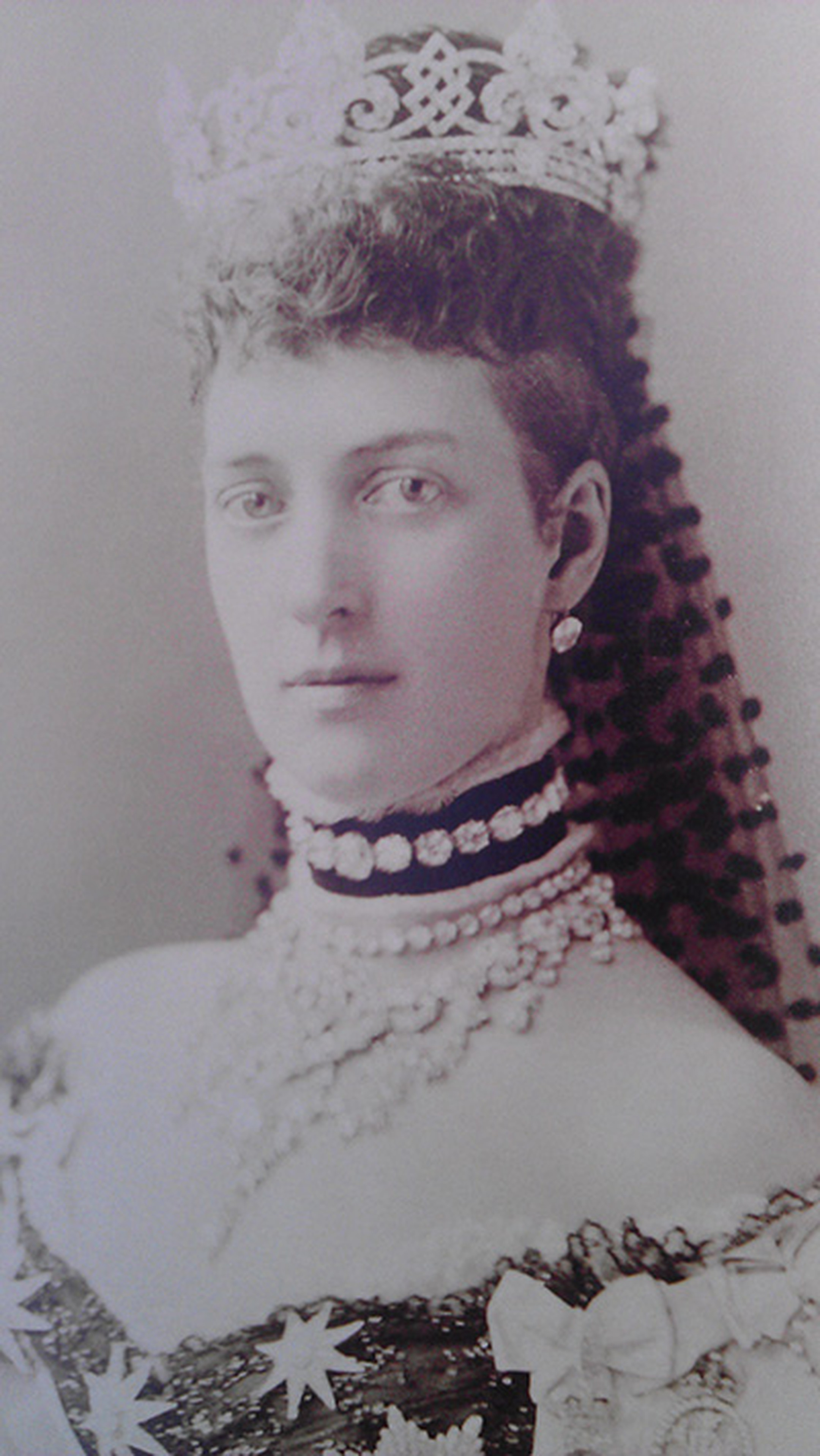 Queen-Alexandra-in-1883-wearing-the-collet-necklace-on-a-velvet-band