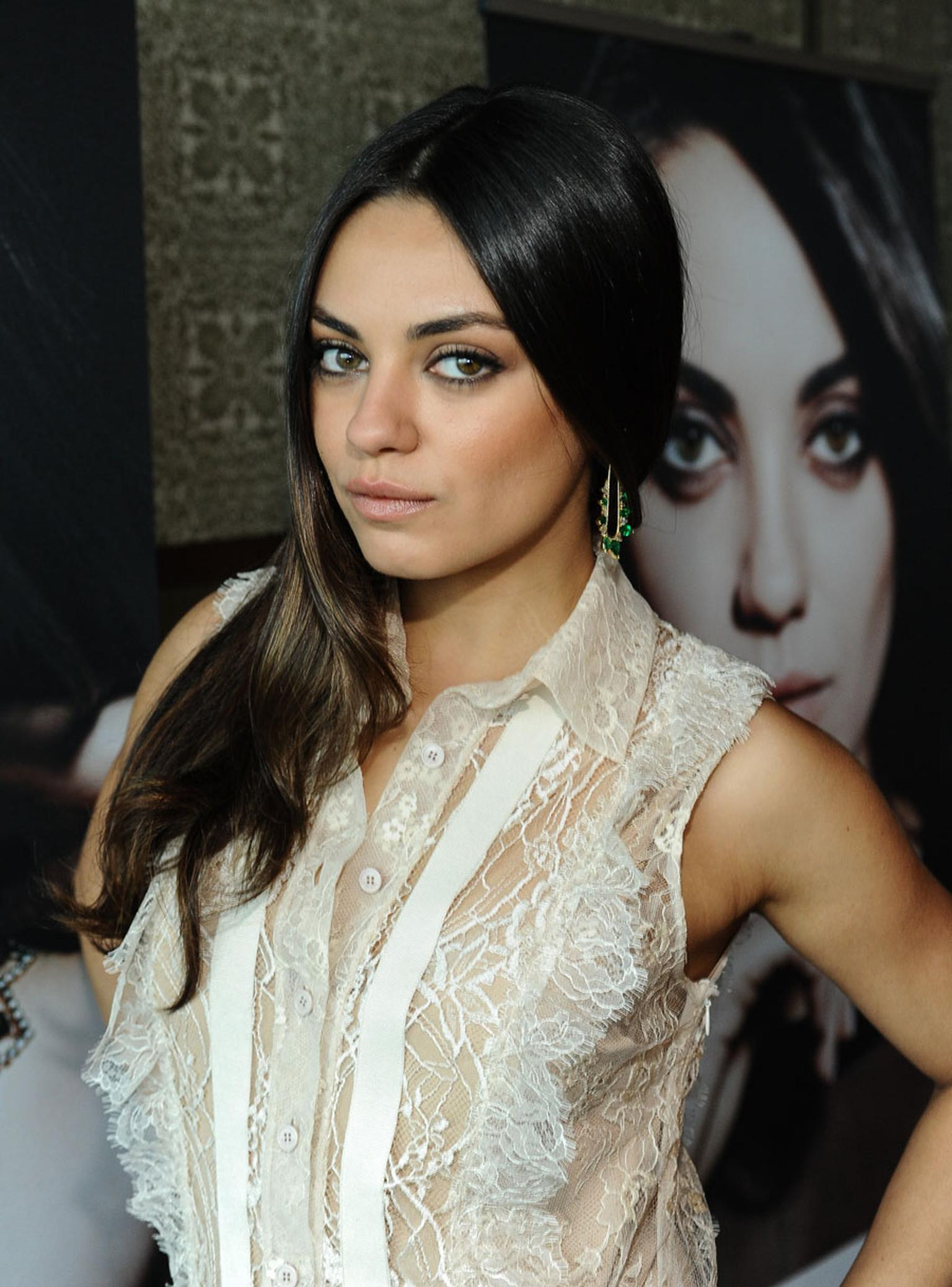 Gemfields-Mila-Kunis-wears-Fernando-Jorge--earrings-featuring-Gemfields-Zambian-emerald