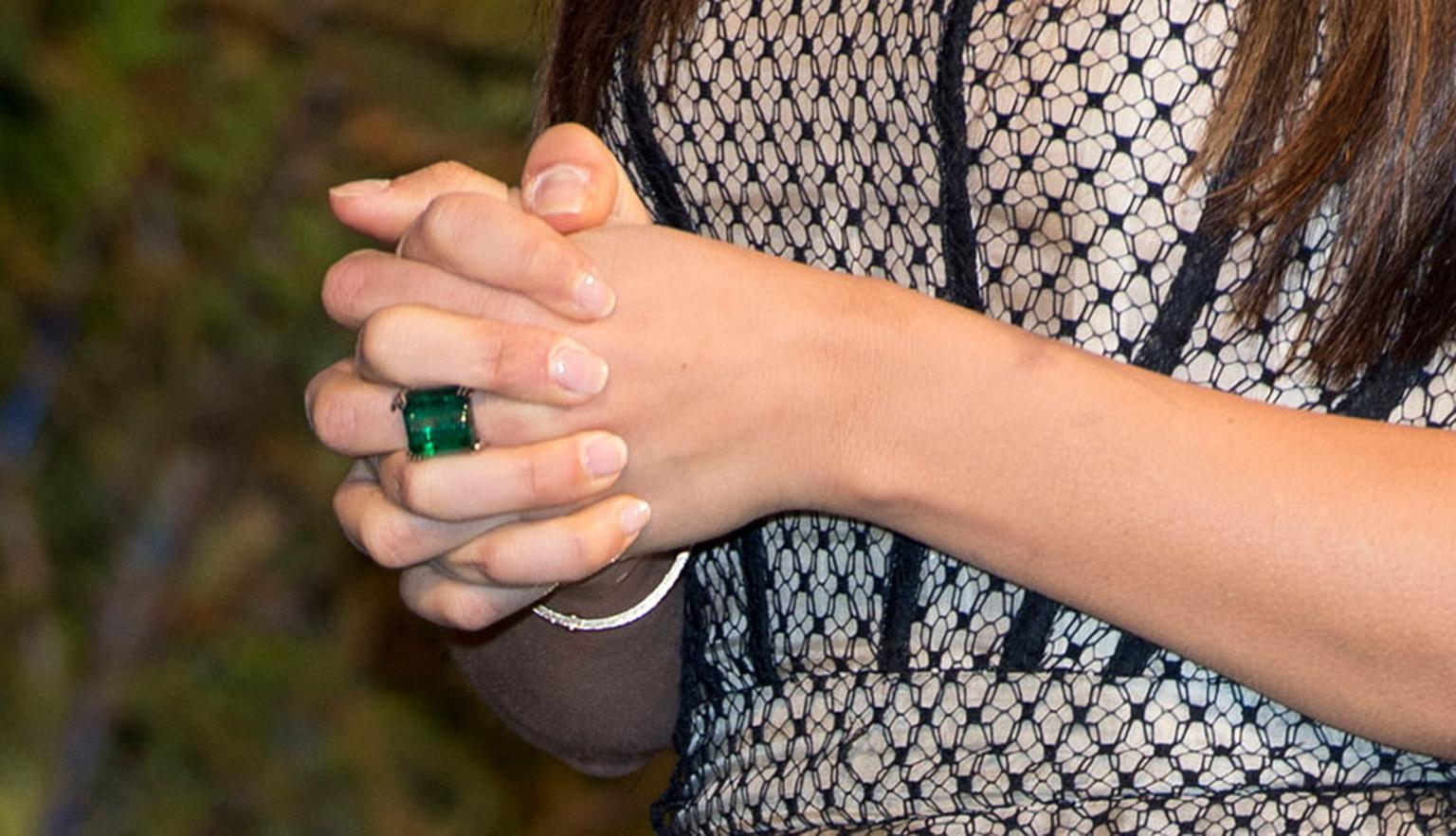 Gemfields-Zambian-Emerald-Alexandra-Mor-ring-on-Mila-Kunis-Getty-images