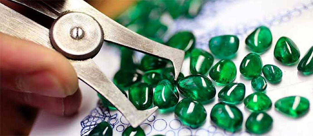 The 'Gemstones Investigation: Recognise the Stones' course at L'Ecole Van Cleef & Arpels aims to give you the confidence to look for, and select, gemstones.