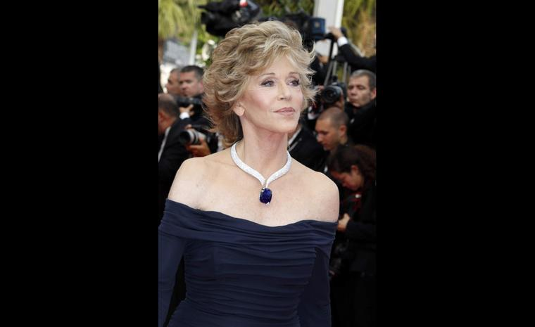 Jane Fonda, the American actress selected a white gold necklace set with diamonds (53.5 cts) with a cushion-shaped blue sapphire pendant (160 cts) paired with a ring set with diamonds.