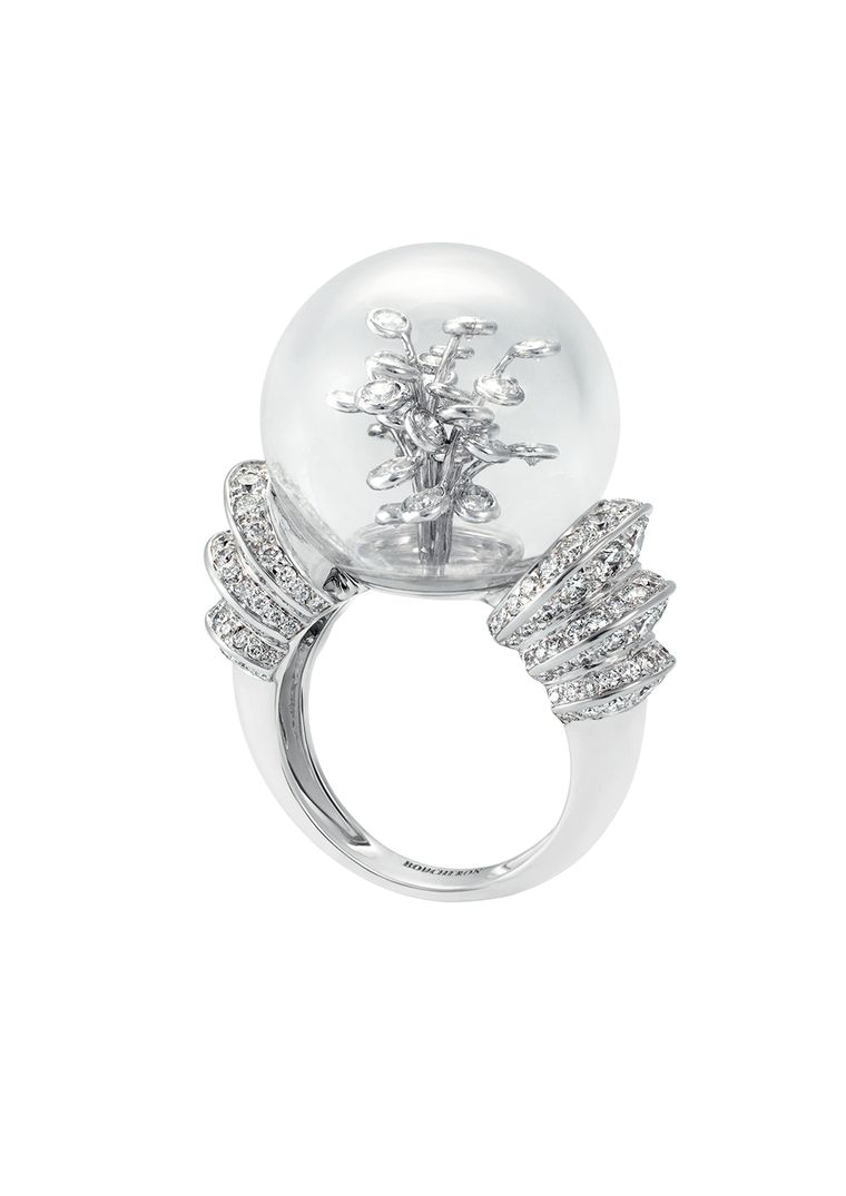 Boucheron Hotel de la Lumière Perles d'Eclat ring in white gold, set with a rock crystal bubble and white diamonds.
