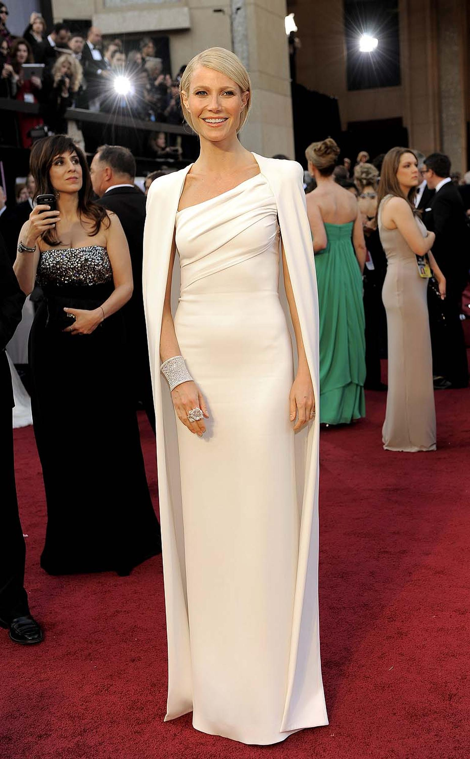 Gwyneth Paltrow at the 2012 Oscars wearing Anna Hu's Hearst of Winter high jewellery cuff and Duchess of Hibiscus ring.
