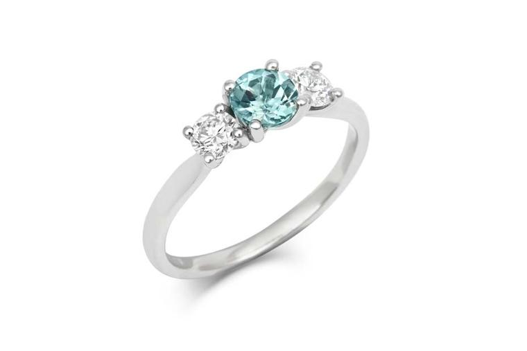You can choose to have your teal sapphire Trilogy engagement ring by CRED made from yellow or white Fairtrade gold or from 100% recycled platinum.