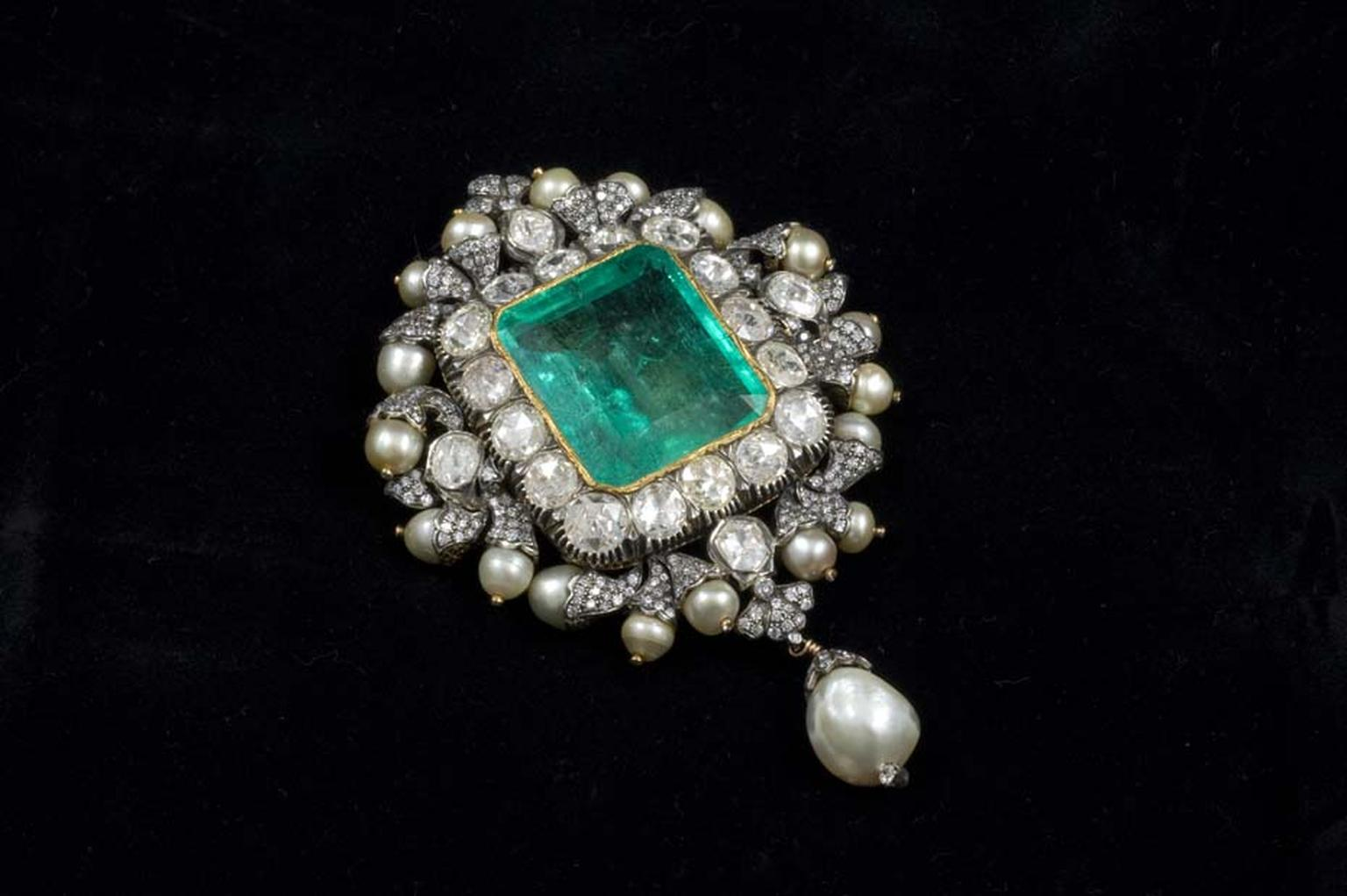 The Gem Palace brooch created using a central Gemfields emeralds, uncut diamonds and a pearl.