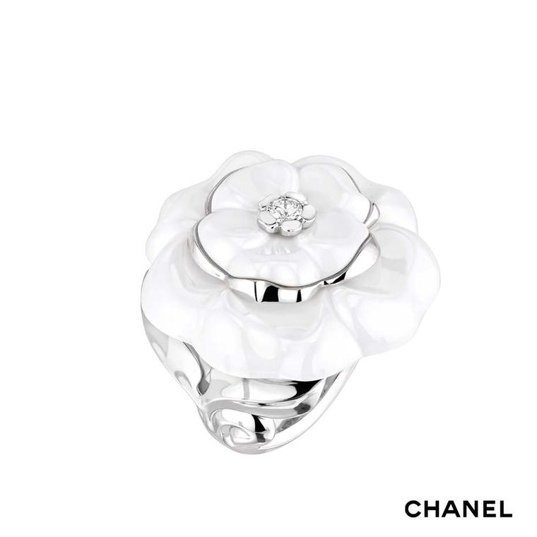 Chanel Camélia Galbé large white ceramic ring in white gold with a central brilliant-cut diamond