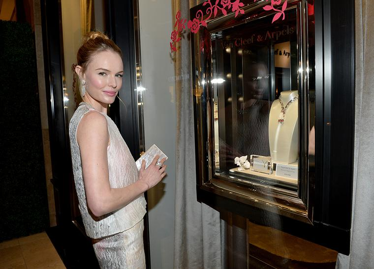 Kate Bosworth admires the Van Cleef & Arpels Zip Elegance necklace from the Pierres de Caractère - Variations high jewellery collection