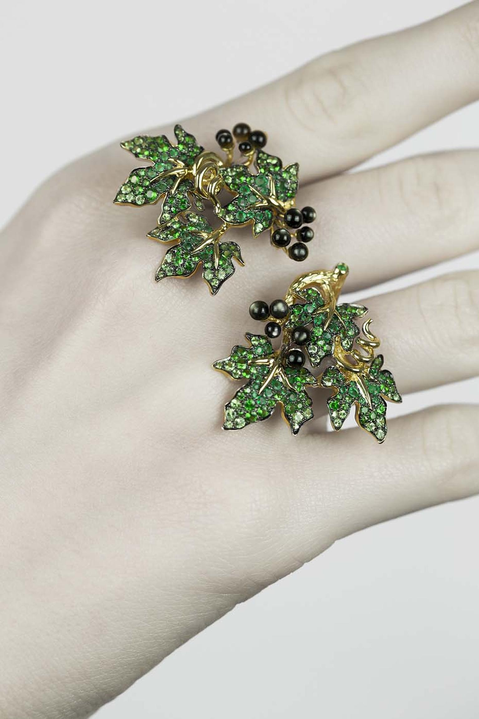 Morphée Millésime ring in gold with emeralds and grey pearled nacre