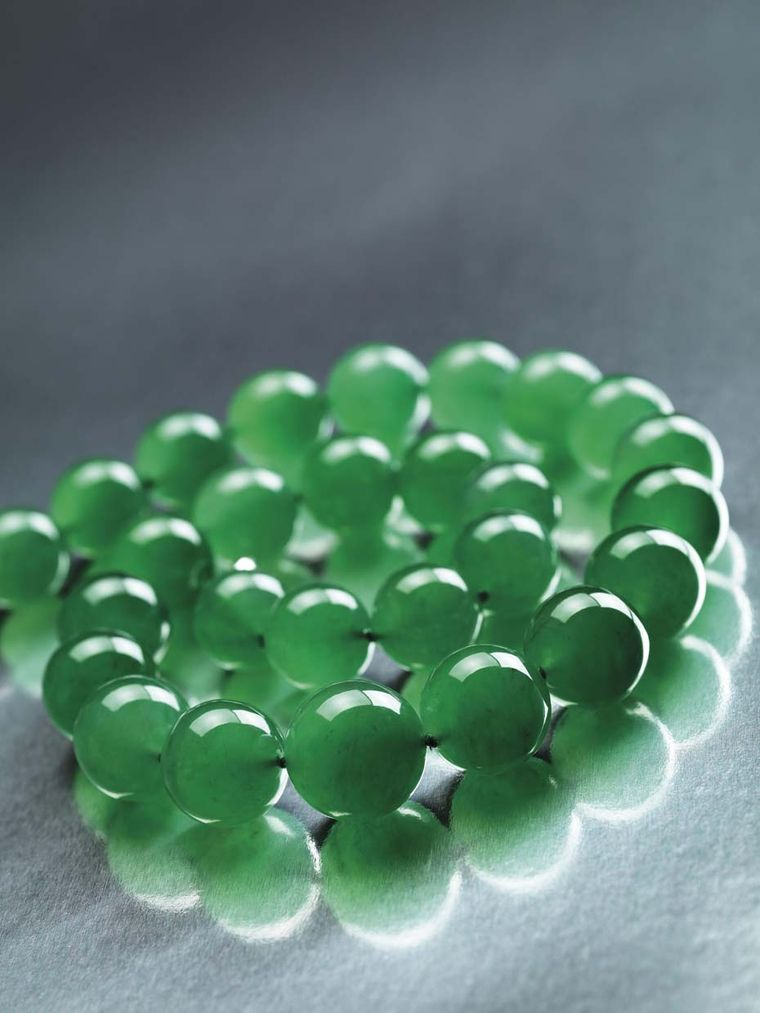 The 27 gigantic, vivid green jadeite beads in the Hutton-Mdivani jade necklace are all of excellent translucency and an extremely fine texture, with diameters ranging from 19.2mm to 15.4mm