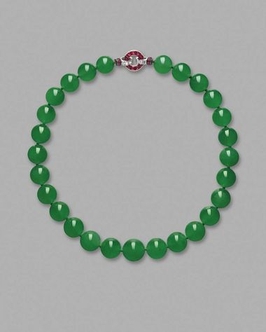 The historical Hutton-Mdivani Jadeite Bead necklace, once owned by socialite and Woolworth heiress Barbara Hutto, becomes the highest price ever paid for a jadeite jewel of US$27.44 million at Sotheby's Hong Kong