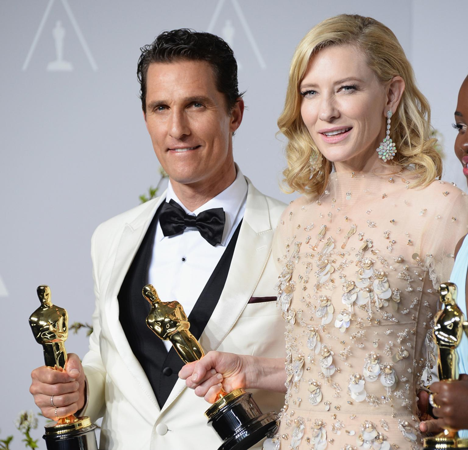 Matthew McConaughey and Cate Blanchett pose with their Academy Awards