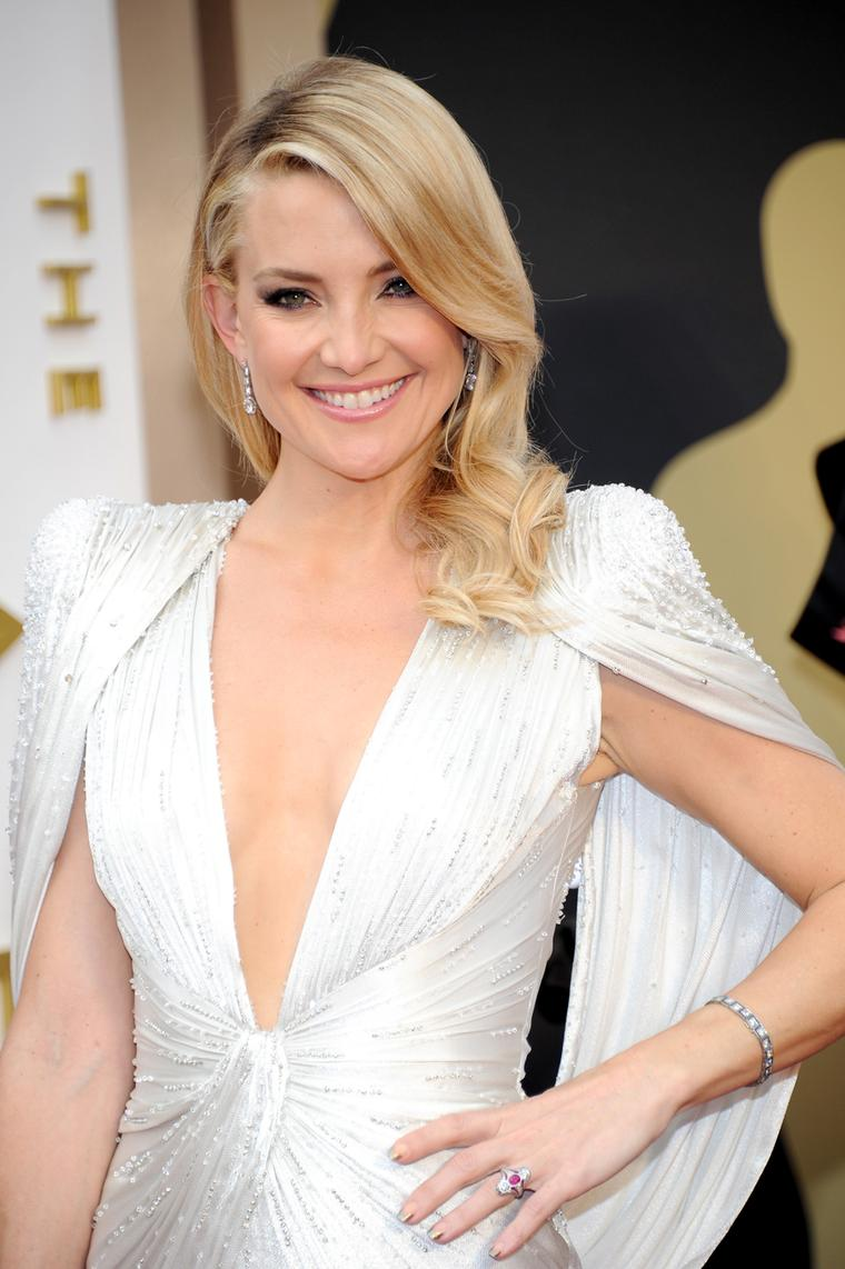 Kate Hudson wears platinum diamond drop earrings, a platinum and faceted crystal ring and a platinum bracelet with sapphire and diamonds on the Oscars 2014 red carpet, all by Neil Lane