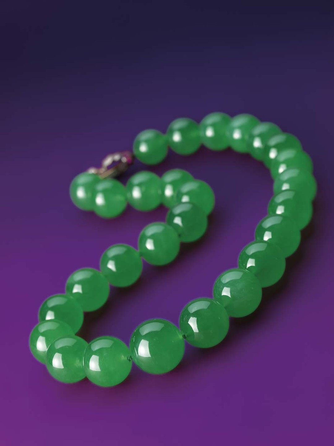 The Hutton-Mdivani necklace, estimated to sell for upwards of US$12.8 million, sold for a record-breaking US$27.44 million at Sotheby's Hong Kong on 6 April 2014.