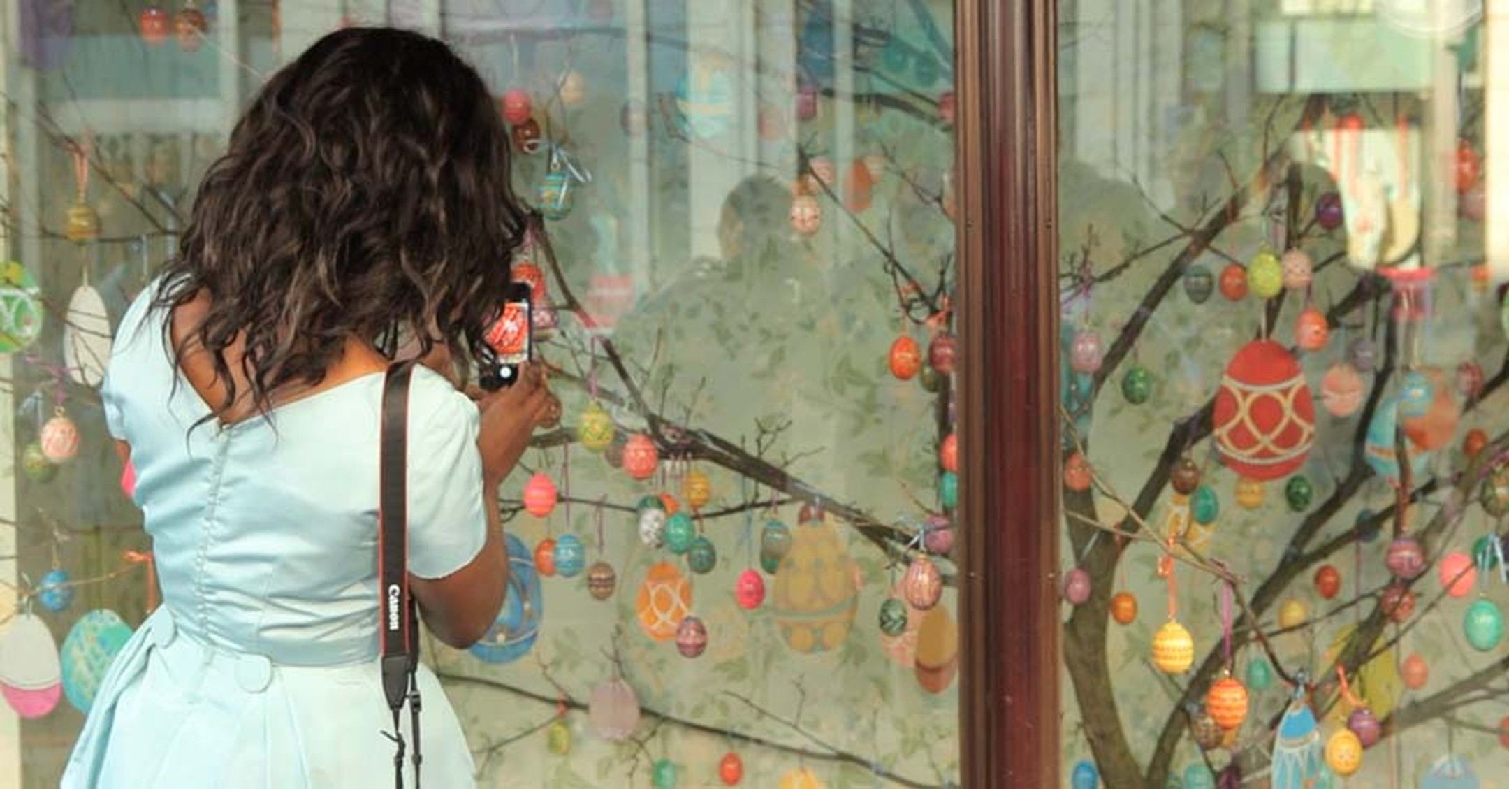 A bypassed photographing one of the 23 Harrods windows that Fabergé has taken over for its Easter event.