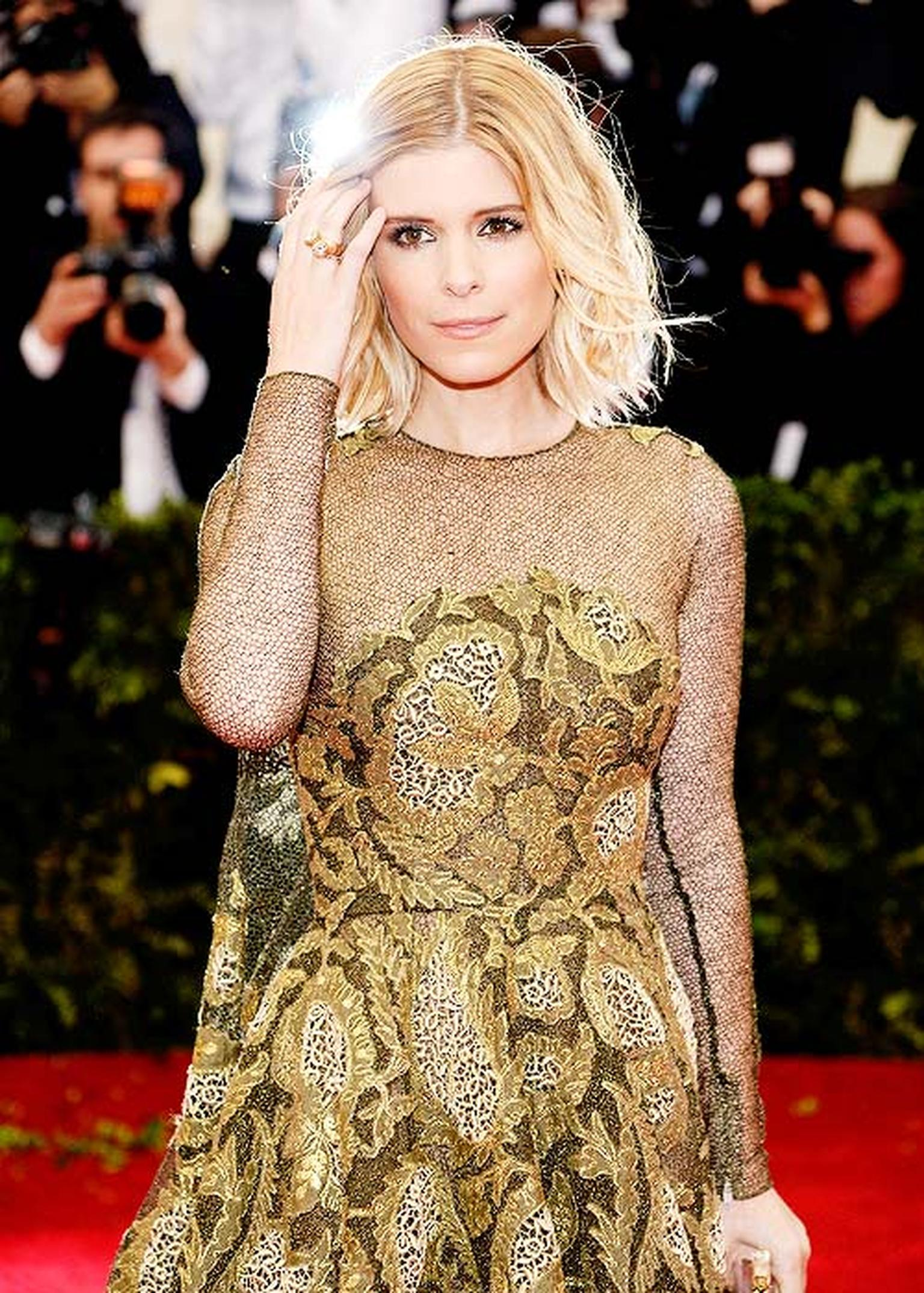 American actress Kate Mara looked glamorous in green and gold, paired with a Cartier Tradition ring in yellow gold and diamond Cartier earrings