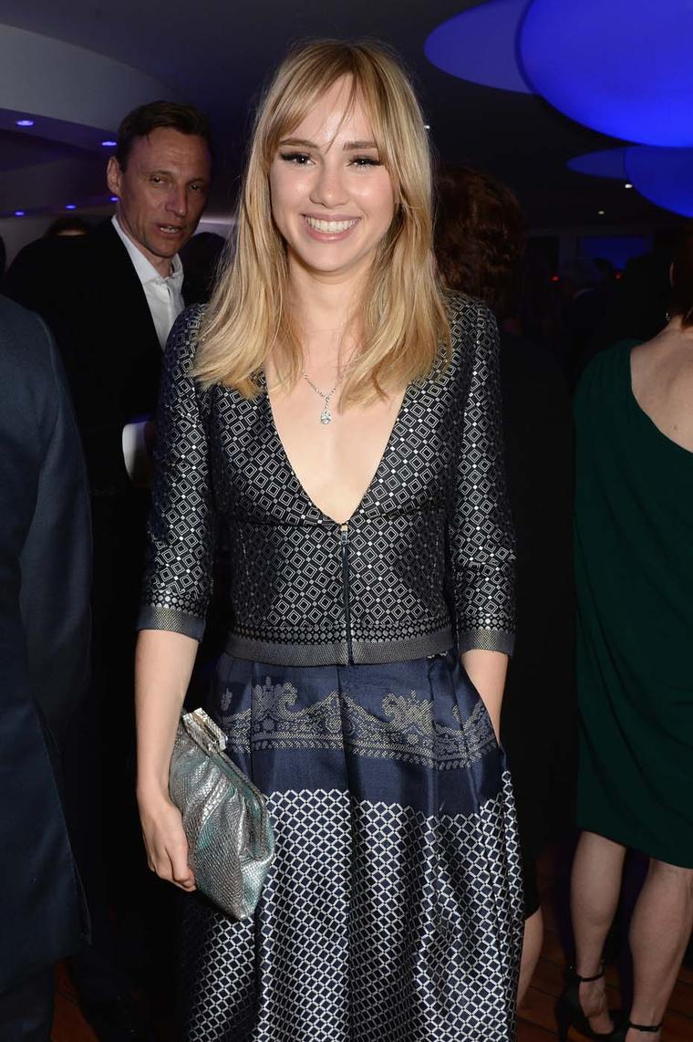 Suki Waterhouse is all smiles during Saturday's Vanity Fair party wearing Chopard's diamond chain (67cts) set with a pear diamond along with a pear-cut diamond (5cts) ring set with two heart-cut diamonds.