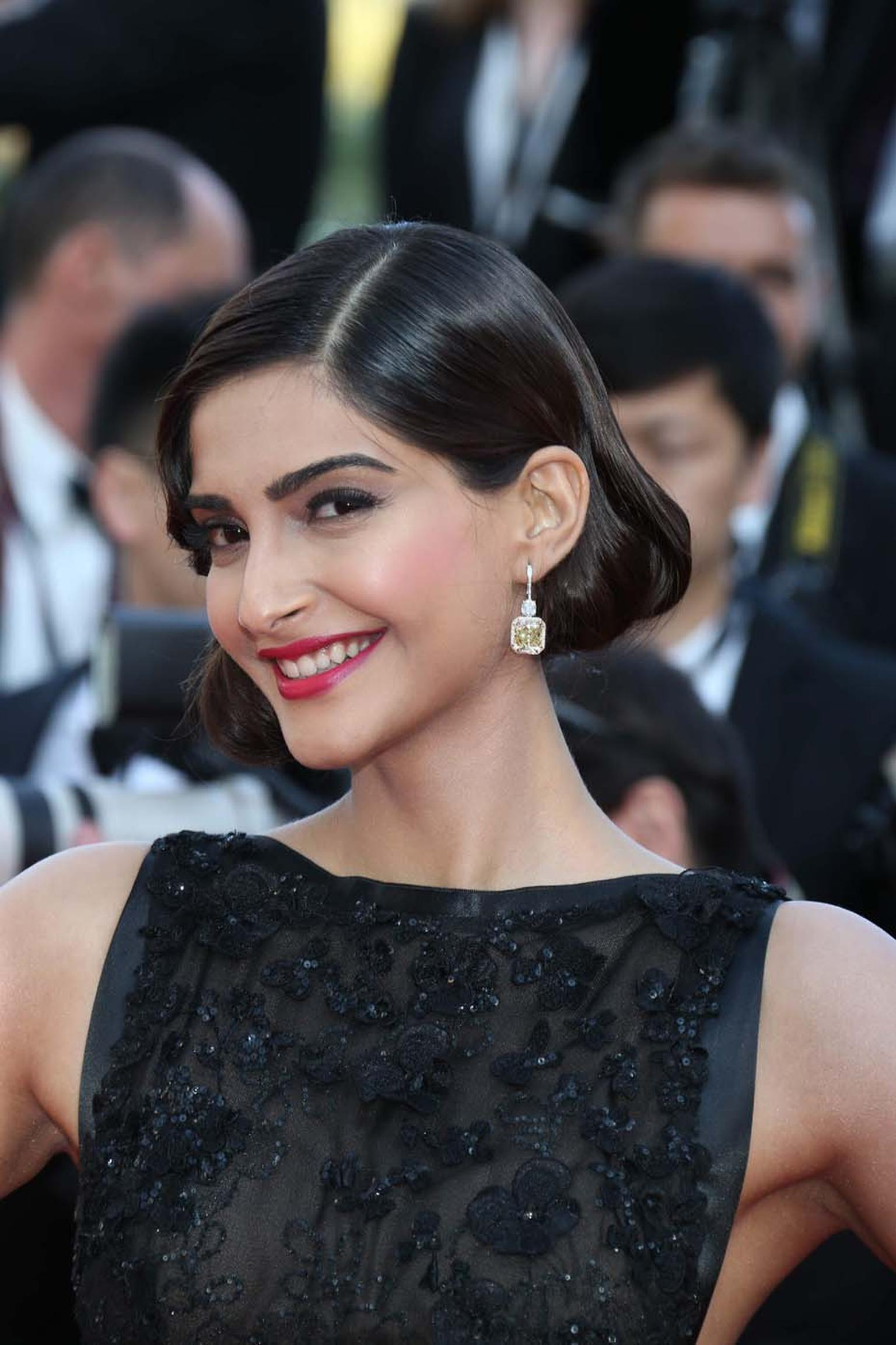 Sonam Kapoor wore Chopard earrings in yellow gold set with emerald-cut yellow diamonds (20cts) as well as cushion-cut and brilliant-cut diamonds.
