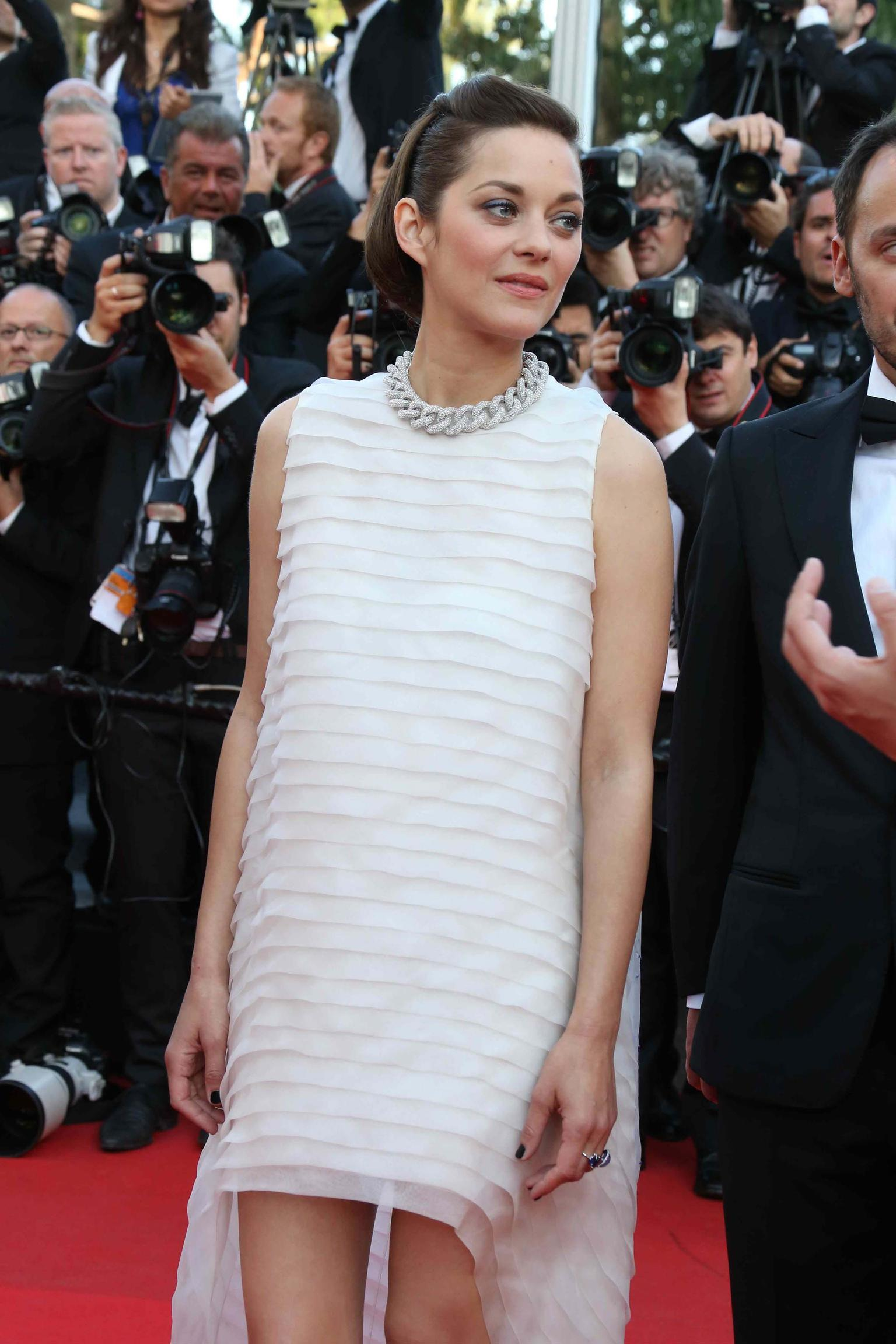 Marion Cotillard chose a white diamond chain-link necklace, a cabochon-cut chalcedony ring and a sapphire ring, all by Chopard, for the premiere of Two Days, One Night at the Cannes Film Festival 2014.