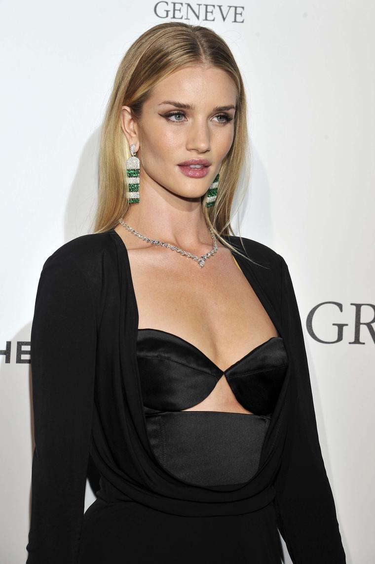 Rosie Huntington-Whiteley gave a chic nod to the 1920s theme in Art Deco-style emerald and diamond De GRISOGONO earrings