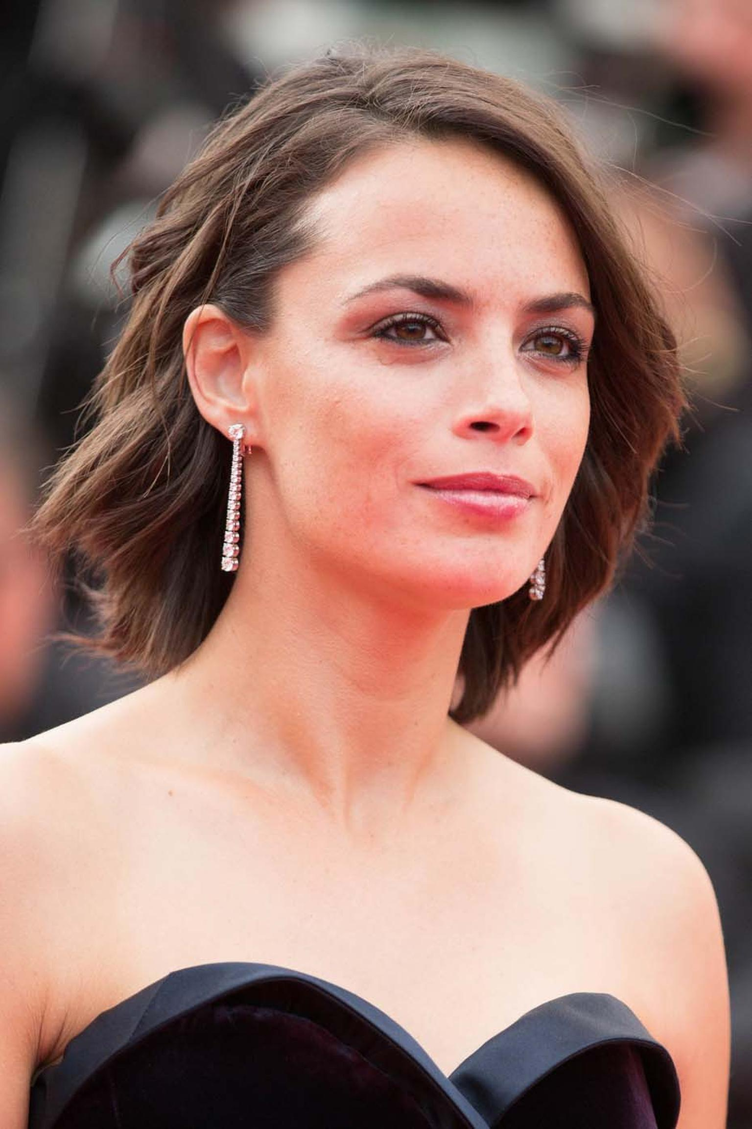 Berenice Bejo in Chopard diamond drop earrings.