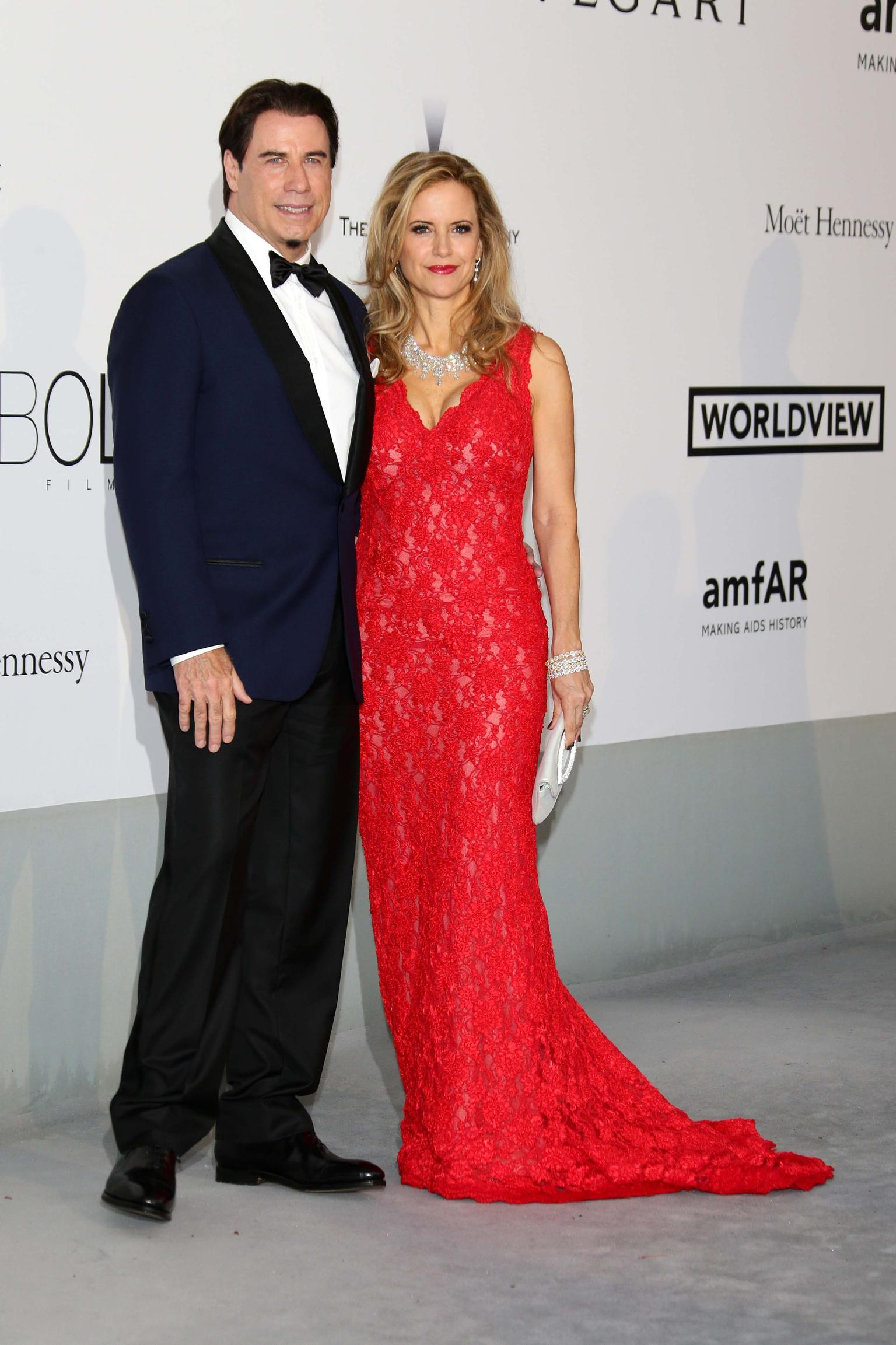 Kelly Preston chose a spectacular white diamond necklace set with a total of 150cts of diamonds, stackable bracelets with 80cts of diamonds and long diamond earrings by Avakian