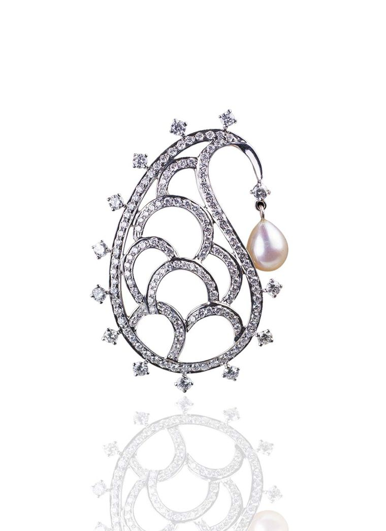 Mirari's Paisley brooch in white gold with five drop-shaped pearls and diamonds.