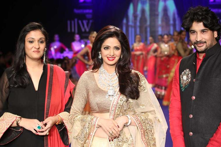 Vijay Golecha and his wife Rupali with Bollywood star Sridevi wearing Vijay's Patiala inspired necklace at IIJW 2014.