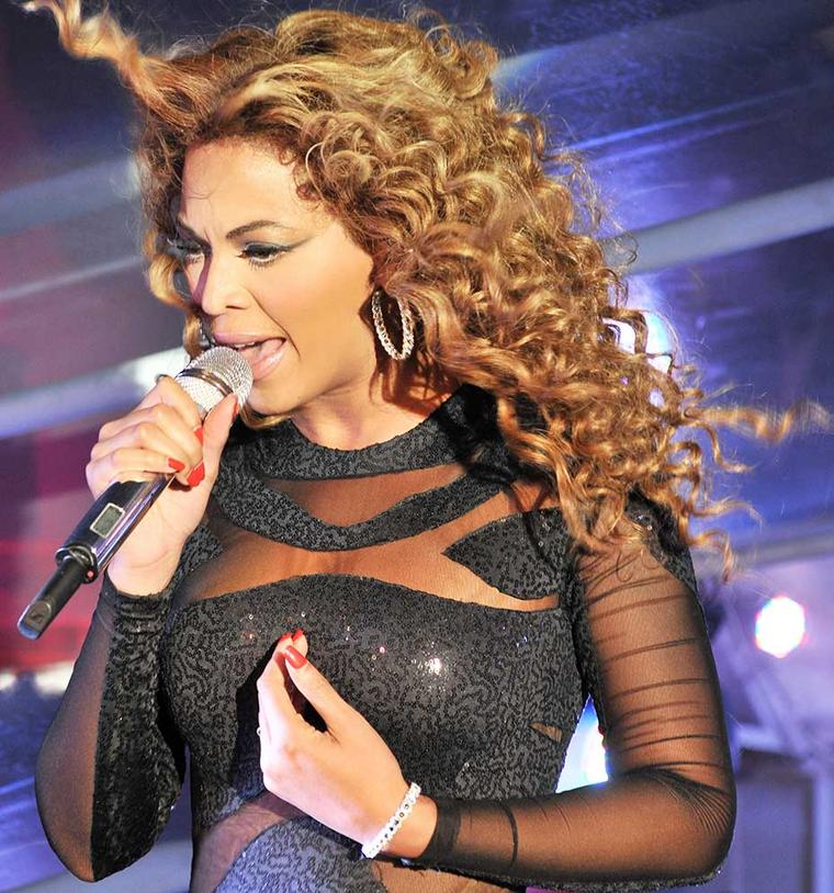 Beyonce´ puts on a sizzling New Year's Eve performance in St Barths in 2009 wearing a David Morris Rose-Cut diamond bracelet and earrings.
